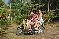 Motobike Familie lizenzfreie stockfotos