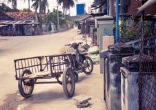 Motobike in het Vietnamese die dorp, voor ladingsvervoer wordt aangepast Een schilderachtige dorpsstraat Met het stemmen Stock Foto