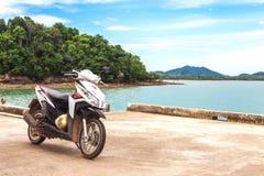 Motobike Honda на месте наблюдения около экзотического пляжа Стоковое фото RF