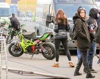 motobikes停车处在汽车之间的 图库摄影