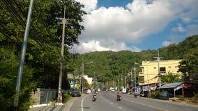 Motobikes på vägen i Phuket Thailand Arkivfoto