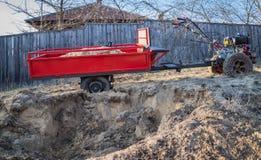 Motoblock z przyczepą wtykającą w piasku ziemia załamywał się zdjęcie royalty free