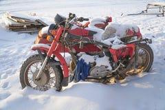 Motocicleta abandonada velha com side-car imagens de stock royalty free