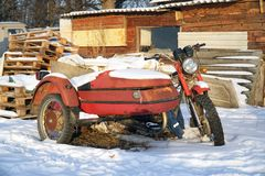 Motocicleta abandonada velha com side-car fotografia de stock
