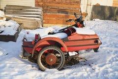 Motocicleta abandonada velha com side-car foto de stock