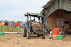 Motocicleta agrícola al lado de la casa del trabajo del granjero Imágenes de archivo libres de regalías
