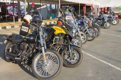 Motocicleta ao estilo do americano no estacionamento Imagens de Stock