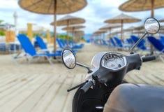 Motocicleta brilhante branca moderna para o transporte com beac Fotografia de Stock
