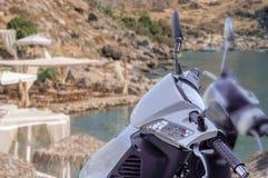 Motocicleta brilhante branca moderna para o transporte com praia Imagens de Stock