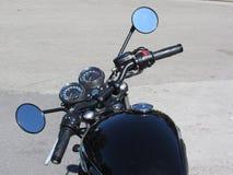 Motocicleta clásica que se coloca en el camino imagenes de archivo