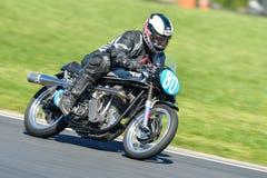Motocicleta clásica de Norton en un circuito de carreras Foto de archivo