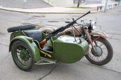 Motocicleta com uma metralhadora instalada no carrinho de criança retro imagens de stock