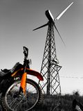 Motocicleta contra el contexto de un molino de viento imágenes de archivo libres de regalías