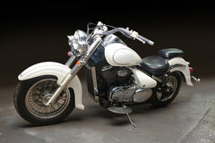 Motocicleta contra o fundo escuro Imagens de Stock