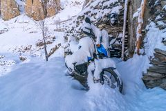 Motocicleta cubierta con nieve en el pueblo de Dhankar, valle de Spiti, Himachal imagenes de archivo