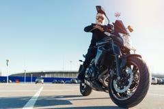 Motocicleta da equitação do motorista no estacionamento vazio no aeroporto no tempo bonito do outono fotografia de stock royalty free