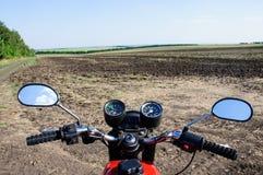 Motocicleta de couro viagem A estrada através do campo Fotografia de Stock