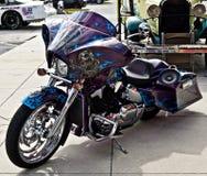 Motocicleta de encargo con los cráneos imagen de archivo