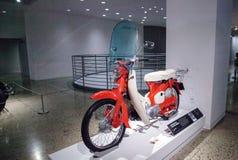 Motocicleta 1961 de Honda 50 de la naranja Imagen de archivo