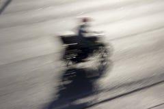 Motocicleta de la calle en el movimiento imagen de archivo