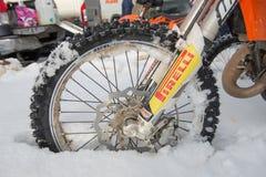 Motocicleta de la rueda en la nieve Foto de archivo