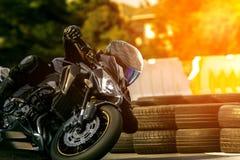 Motocicleta del deporte del montar a caballo del hombre en pista que compite con Imágenes de archivo libres de regalías
