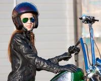 Motocicleta del montar a caballo de la mujer Chaqueta negra, casco Cierre para arriba Fotos de archivo libres de regalías