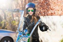 Motocicleta del montar a caballo de la mujer Chaqueta negra, casco Cierre para arriba Fotografía de archivo