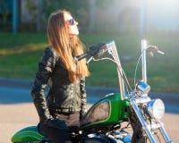 Motocicleta del montar a caballo de la mujer Chaqueta negra Cierre para arriba Imagen de archivo