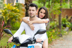 Motocicleta del montar a caballo de los pares, bici sonriente feliz Forest Exotic Vacation tropical del viaje turístico de la muj Fotografía de archivo