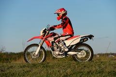 Motocicleta del motocrós del montar a caballo del hombre fotos de archivo