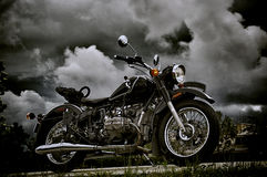 Motocicleta del vintage debajo de las nubes de tormenta Imágenes de archivo libres de regalías