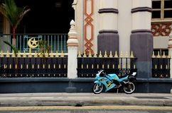 Motocicleta desportiva amarela azul estacionada no pavimento Fotografia de Stock