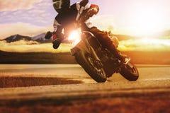 Motocicleta do esporte da equitação do homem na estrada do asfalto fotografia de stock royalty free