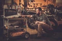 Motocicleta do mecânico e do café-piloto do estilo do vintage Fotografia de Stock Royalty Free