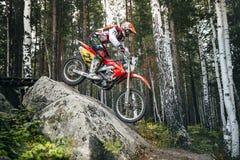 Motocicleta do piloto que vem para baixo a pedra Imagens de Stock