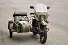 Motocicleta do vintage com side-car fotografia de stock royalty free