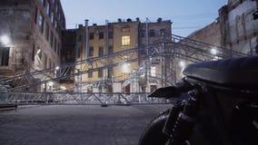 Motocicleta e estrutura da estrutura de alumínio da fase do concerto colocada na rua video estoque