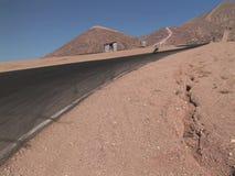 Motocicleta em uma condução do autódromo do deserto video estoque