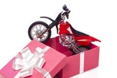 Motocicleta en caja de regalo Fotos de archivo libres de regalías