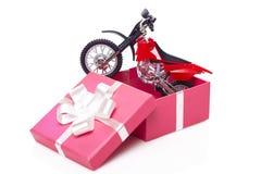 Motocicleta en caja de regalo Imagen de archivo libre de regalías