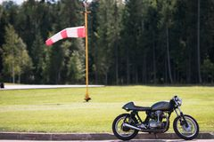 Motocicleta en el aeropuerto El viento en la parte posterior imagenes de archivo
