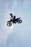 Motocicleta en el aire foto de archivo libre de regalías