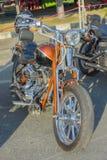 Motocicleta en el estilo del americano en el estacionamiento Imagen de archivo libre de regalías