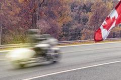 Motocicleta en el movimiento durante temporada de otoño con C imagen de archivo