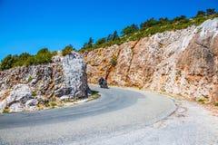 Motocicleta en la velocidad en vuelta del camino de la montaña Fotos de archivo