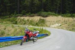 Motocicleta en un camino de la montaña Imagen de archivo