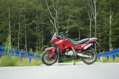 Motocicleta en un camino de la montaña Fotografía de archivo