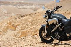 Motocicleta en un desierto Fotos de archivo