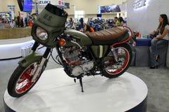 Motocicleta feita sob encomenda temático militar na exposição imagem de stock royalty free